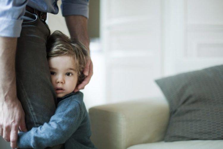 Ребенок боится чужих людей